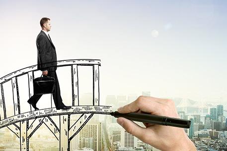 Immagine imprenditore che cammina su un ponte